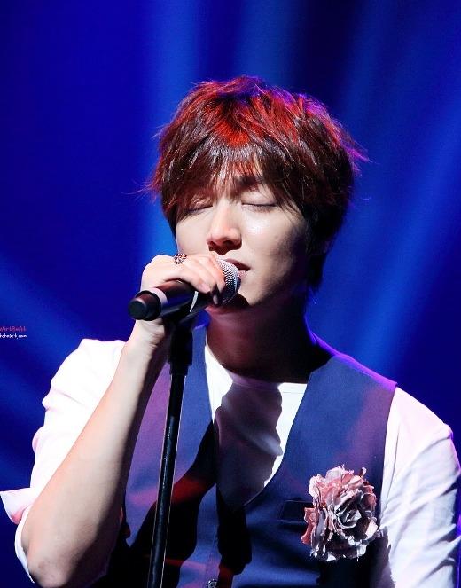Lee Min Ho cũng từng dạo chơi cầm mic