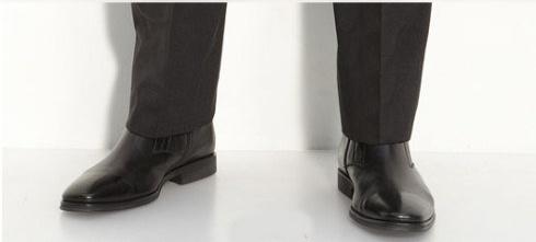 Chọn những ống quần nhỏ và vừa vặn thay vì những ống quần rộng thùng thình, và kết hợp với đôi giày cùng màu với quần sẽ giúp tạo hiệu ứng tăng chiều cao đáng kể cho bạn.