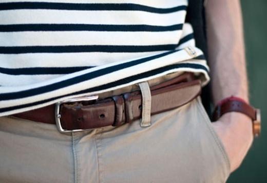 Quy tắc cùng màu cũng được áp dụng với dây thắt lưng. Chọn dây thắt lưng cùng màu với quần nếu bạn không muốn cơ thể mình bị chia ra làm 2 phần rõ ràng trên, và dưới.