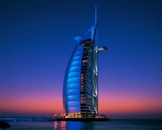 """Khách sạn Burj Al Arab là khách sạn 7 sao duy nhất của thế giới. Với 202 phòng, phòng """"rẻ tiền"""" nhất là 1.200 USD/ đêm."""