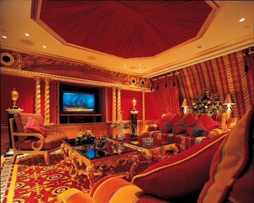 Khách sạn Burj Al Arab có diện tích 1.965m2, được phủ vàng 24 carat từ những chân ghế cho tới 28.000 chân bóng đèn.