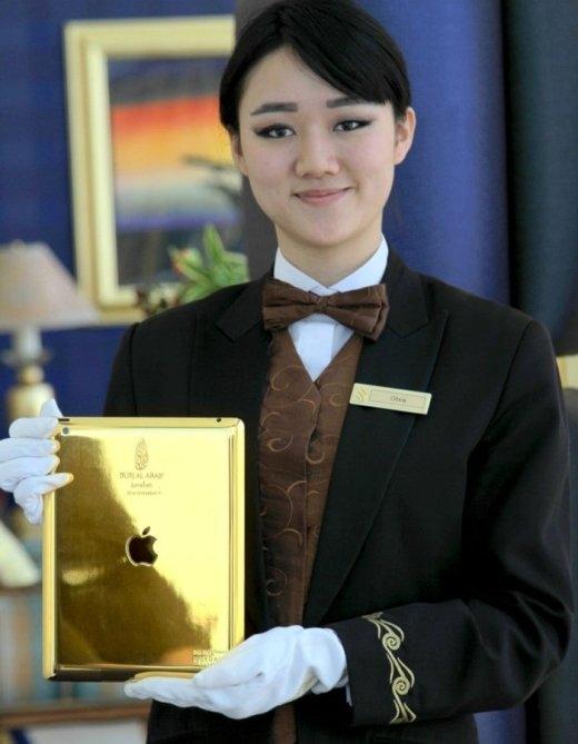Mỗi vị khách tới Burj Al Arab đều được miễn phí sử dụng một ipad vàng trong suốt khoảng thời gian nghỉ dưỡng ở đây.