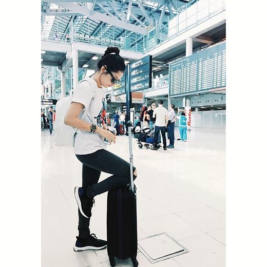 Chi Pu cá tính tại sân bay sau chuyến du lịch ngắn ngày ở Thái Lan. Có vẻ vì thời gian quá ngắn nên cô nàng tỏ ra tiếc nuối với chuyến đi của mình.
