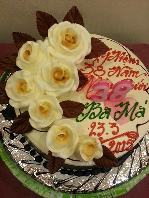 Lê Hoàng (The Men) hào hứng mua bánh mừng kỷ niệm 38 năm ngày cưới của bố mẹ. Không chỉ là 38 năm mà anh chàng còn mong muốn chiếc bánh này sẽ được tặng vào 83 năm sau. Sự hiếu thảo của mảnh ghép của nhóm The Men khiến các fans của nhóm cảm thấy tự hào về thần tượng.
