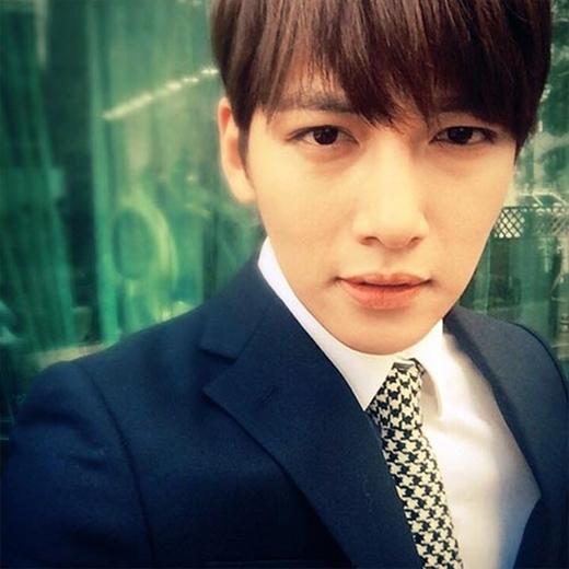 Ji Chang Wookđăng tải ảnh mặc vest cực bảnh bao và lịch lãm, anh chia sẻ: Nào cùng giảm bớt một ít cân nặng thôi.
