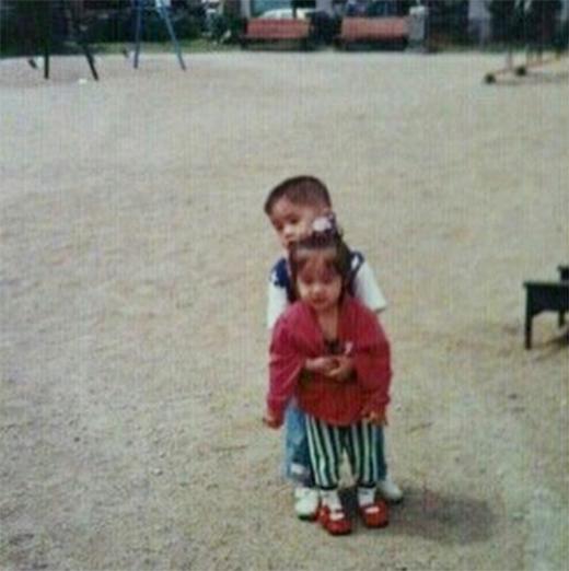 Jiyeon khoe hình lúc bé cùng anh trai cực đáng yêu
