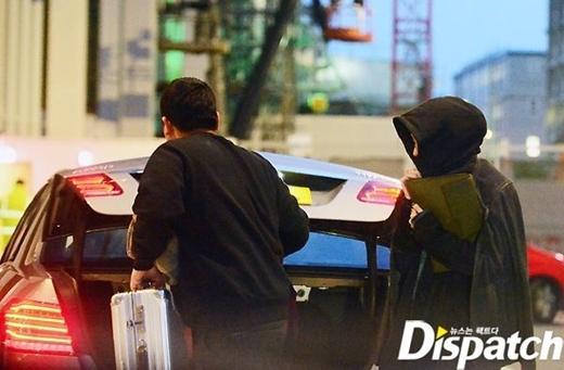 Người đang xách đồ được biết là quản lý của Lee Min Ho