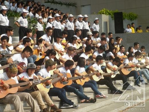 Các bạn tình nguyện viên ôm đàn ghi - ta hát làm chương trình thêm hấp dẫn.