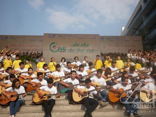 Nữ ca sĩ đã hòa giọng cùng với hơn 1.000 người vào những ca khúc quen thuộc của mình.