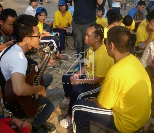 Các bạn tình nguyện viên rất thân thiện khi giao lưu cùng các em nhỏ khuyết tật.
