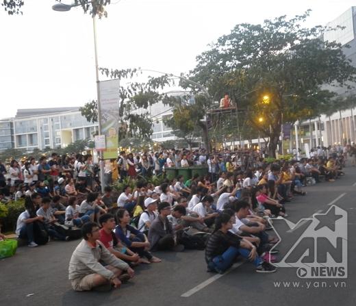 Có rất đông người dân đến xem chương trình.