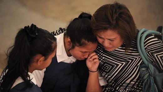 Roslina A Majid, 46 tuổi, vội chạy tới bệnh viện cùng hai con gái là Sarah Allysah Norhisam (giữa) và Sophia Amelia Norhisam, nơi ông Lý Quang Diệu điều trị những ngày cuối đời.