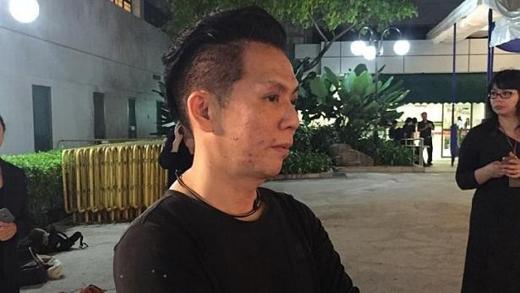 """Doanh nhân Raymond King, 44 tuổi, là một trong những người đầu tiên tới bệnh viện khi nghe tin ông Lý mất. """"Tôi thấy mình cần đến đây để bày tỏ lòng thương tiếc tới người cha sáng lập đất nước. Singapore sẽ không thịnh vượng như hiện nay nếu không có bàn tay của ông"""", King chia sẻ."""