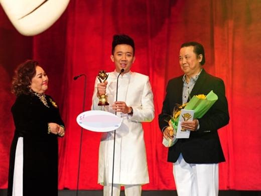 Với cách dẫn rất dí dỏm và hài hước, anh được vinh danh là MC được yêu thích nhất tại Giải Mai Vàng 2014. - Tin sao Viet - Tin tuc sao Viet - Scandal sao Viet - Tin tuc cua Sao - Tin cua Sao