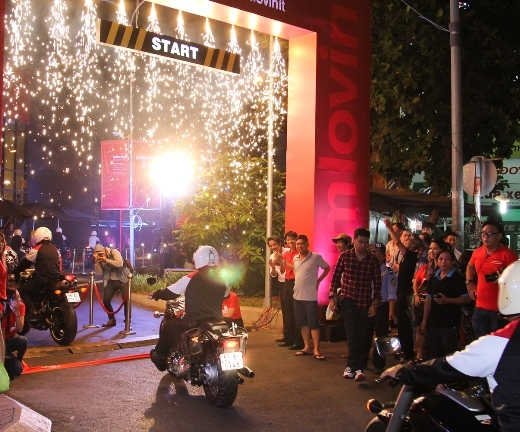 Hàng nghìn người Sài Gòn chen chúc, xếp hàng để nhận đồ ăn miễn phí