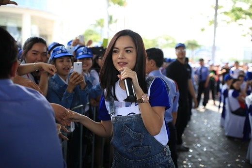 Phạm Quỳnh Anh đã mang đến chương trình 2 ca khúc: Mẹ yêu nhé và Liên khúc Em 20. - Tin sao Viet - Tin tuc sao Viet - Scandal sao Viet - Tin tuc cua Sao - Tin cua Sao