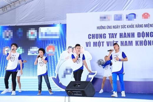 Các bé đã trình diễn những ca khúc: Cười lên Việt Nam ơi và Hành trình những nụ cười. - Tin sao Viet - Tin tuc sao Viet - Scandal sao Viet - Tin tuc cua Sao - Tin cua Sao