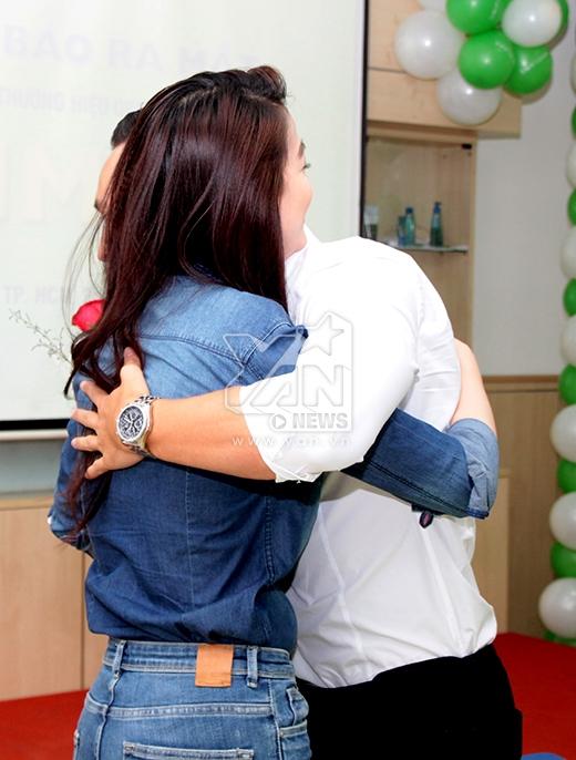 Kim Lý vô cùng xúc động và ôm chầm lấy Trương Ngọc Ánh ngay tại buổi họp báo. - Tin sao Viet - Tin tuc sao Viet - Scandal sao Viet - Tin tuc cua Sao - Tin cua Sao
