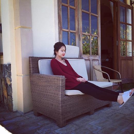 Kim Hiền khoe bụng bầu tập yoga, Angela Phương Trinh bị chấn thương nặng ở cổ