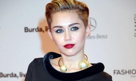 Sau scandal tình cảm, Miley Cyrus tặng tiền cho người vô gia cư