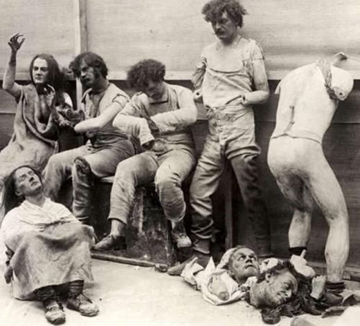 Những con ma nơ canh hư hỏng sau một đám cháy ở bảo tàng sáp Madam Tussaud (Luân Đôn) năm 1930.
