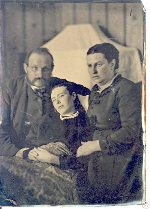 Cặp vợ chồng chụp ảnh bên cạnh đứa con gái đã chết (ở giữa).