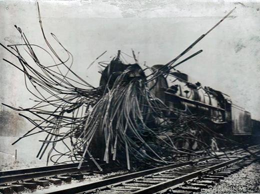 Phần đầu của một đoàn tàu hơi nước sau một vụ nổ nồi hơi.