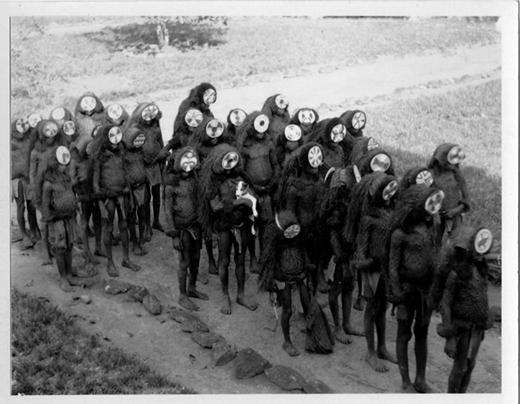 Các bé trai trở về từ một buổi lễ truyền thụ ở Poro, một xã hội bí mật của châu Phi.