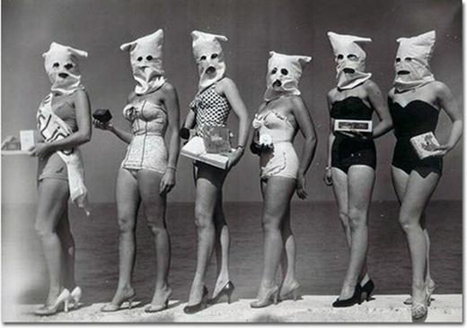 Các thí sinh tại một cuộc thi sắc đẹp mà ở đây, họ không muốn bị phán xét về nhan sắc của mình.