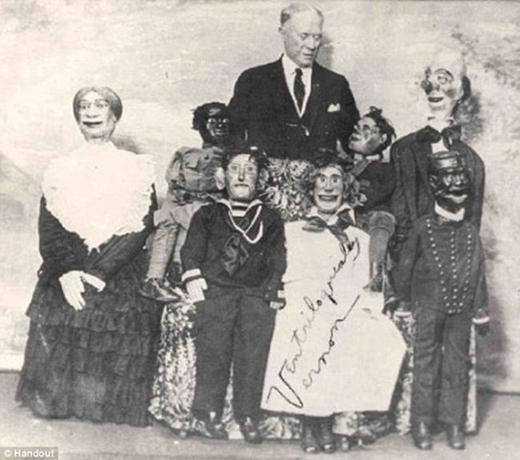 Ventriloquist Jules Vernon với những con rối của mình.