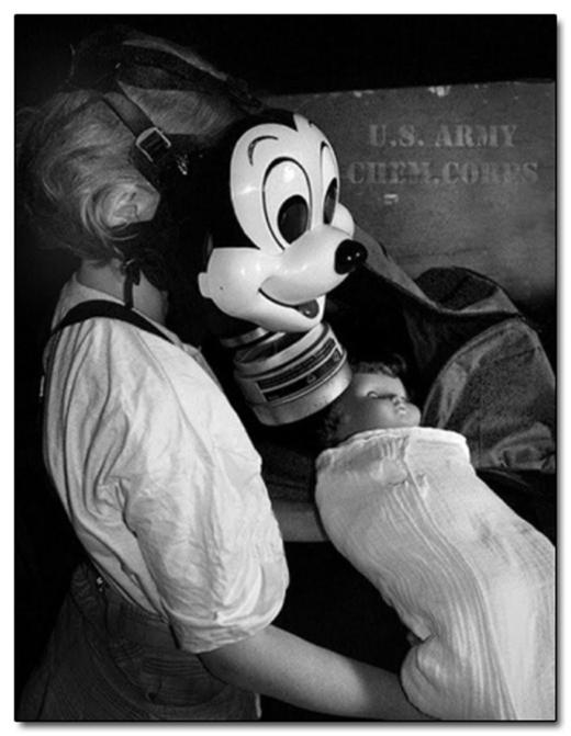 Mặt nạ khí ga hình chuột Mickey - với mục đích cho trẻ em sử dụng.