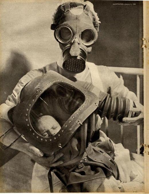 Cô y tá và trẻ sơ sinh trong mặt nạ chống khí ga.