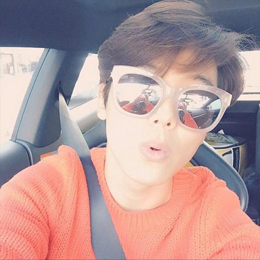 Kang Min Hyuk nhí nhảnh chúc các fan một ngày vui vẻ