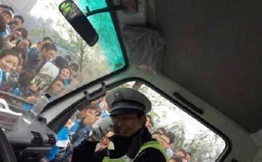 Kết quả là anh cảnh sát cũng chỉ biết cười và quay lại xe