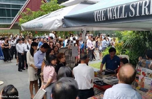 Người dân Singapore biết tin cựu thủ tướng Lý Quang Diệu qua đời sáng qua, trước giờ họ đi làm.