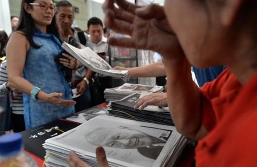 Ai cũng mong có được tờ báo về người cha lập quốc để hiểu thêm thông tin về ông Lý, số khác muốn giữ lại tờ báo làm kỷ niệm.