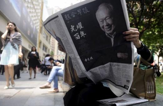 Sáng qua, số báo đặc biệt đã được bán tại các quận trung tâm ở Singapore.