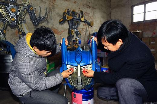 Hai cha con kiếm hàng tỷ đồng nhờ... chế tạo Transformers