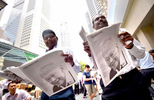Không chỉ người bản địa, người nước ngoài cũng hòa vào dòng người xếp hàng. Chuyên gia công nghệ thông tin người Ấn Độ Raj Kumar, 42 tuổi, cho biết anh muốn có một tờ báo về ông Lý để làm kỷ niệm bởi cựu thủ tướng là người đặc biệt. Raj (trái) đã sống ở Singapore 14 năm qua và hiện là công dân thường trú chính thức.