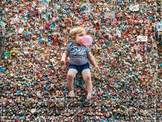 Thót tim với bộ ảnh mạo hiểm của em bé 1 tuổi