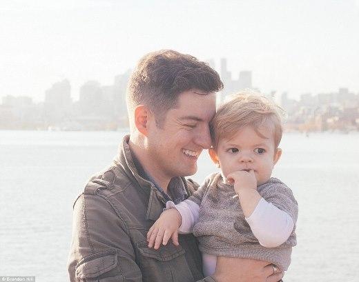 Chủ nhân của bộ ảnh - Brandon Hill - và con trai.