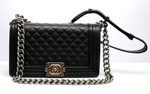 Chiếc túi xách mà người đẹp cầm trên tay là dòng Chanel Boy, thuộc bộ sưu tập Pre-Fall 2013, có giá khoảng 3.500 USD (75 triệu đồng). - Tin sao Viet - Tin tuc sao Viet - Scandal sao Viet - Tin tuc cua Sao - Tin cua Sao
