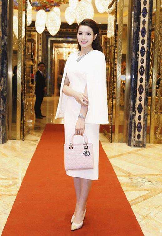Thiết kế giày sành điệu này tiếp tục được Hoa hậu phối cùng đầm trắng dáng cape thanh lịch để xuất hiện tại gala dinner của sự kiện trên. - Tin sao Viet - Tin tuc sao Viet - Scandal sao Viet - Tin tuc cua Sao - Tin cua Sao