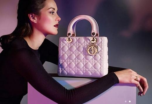 Mỹ nhân 9X dùng túi Lady Dior màu hồng phấn giá hơn 80 triệu đồng để tăng sức hút cho phong cách. - Tin sao Viet - Tin tuc sao Viet - Scandal sao Viet - Tin tuc cua Sao - Tin cua Sao
