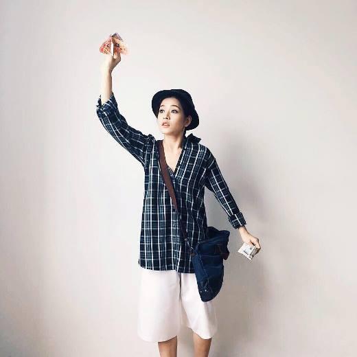 Để phù hợp với thời tiết nắng nóng gay gắt của Sài Gòn, Chi Pu đã quyết định hóa thân thành cô bé bán vé số với trang phục rộng rãi mát mẻ và vô cùng xì tin. Chắc chắn sẽ có nhiều người xếp hàng đợi mua vé số của cô bé này