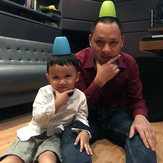 Trong lúc vui chơi cùng nhau, 2 cha con nhạc sĩ Nguyễn Hải Phong đã nảy ra ý tưởng sáng tạo với chiếc nón đôi khá lạ lẫm. Không những thế, kiểu tạo dáng đôi của họ cũng khiến cho mọi người thích thú hơn. Có vẻ đằng sau sự nghiêm khắc và khó tính của một nhà sản xuất âm nhạc, Nguyễn Hải Phong lại là người bố rất mực cưng chiều và yêu thương con trai.