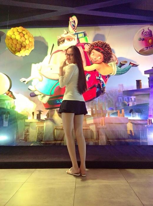 Hoa hậu Diễm Hương xì-tin nhí nhố đi xem phim hoạt hình sau khi sinh. Cô nàng khiến khán giả khá ngạc nhiên vì vừa mới sinh xong đã ngay lập tức lấy lại vóc dáng một cách nhanh chóng.