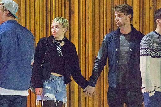 Miley Cyrus tình tứ với bạn trai dẹp tan tin đồn