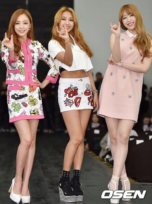 Hani (EXID) dịu dàng đọ sắc cùng đàn chị Goo Hara và Bora
