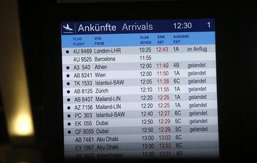 Bảng thông tin chuyến bay đặt tại phi trường ở thành phố Dusseldorf, Đức, không hiển thị tình trạng chuyến bay của 4U9525.